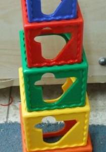מגדל קוביות אחד מעל השני