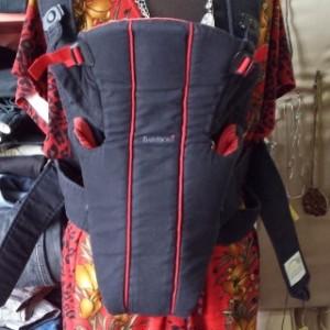 מנשא בייבי ביורן אקטיב אדום שחור
